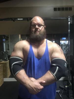 300lbs of big muscle, looking to grow. Submit to me and help me get bigger.