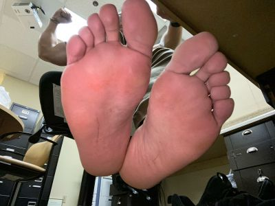 which one of you pu$$ies wants to wor$hip my feet? ready to be sucked on and every crevice licked.